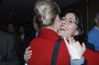 Dagmar Metzger umarmt von Andrea Ypsilanti